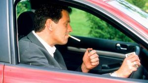 La cigarette au volant bientôt interdite ?