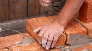 Comment utiliser votre assurance habitation en cas de litige avec un mur mitoyen ?