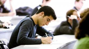 Pourquoi les étudiants vont-ils payer plus cher leur assurance santé en 2013 ?