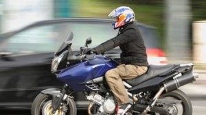 Assurance moto : Le point sur le gilet jaune et la taille des plaques d'immatriculation
